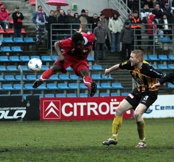 Charles Uchenna (główkuje) miał w spotkaniu z GKS-em Katowice dwie doskonałe okazje, ale na bramkę wciąż czeka.
