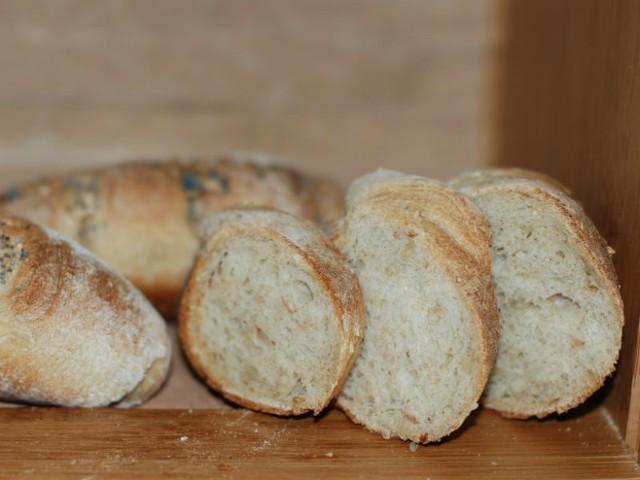 - Chleb pokroić w niedużą kostkę - radzi autorka przepisu.