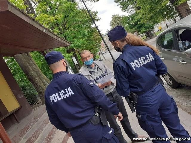 Po wprowadzeniu żółtej strefy na terenie całej Polski, dolnośląscy policjanci ruszyli w teren. Mundurowi, których skierowano na patrole, sprawdzają jak nakazy i obostrzenia są respektowane przez mieszkańców Wrocławia i całego regionu. Dolnośląscy policjanci zapowiadają, że wobec rosnącej fali zakażeń, będą bardzo konsekwentnie i zdecydowanie podchodzić do osób świadomie łamiących przepisy. Pobłażania nie będzie. Gdzie wysłano najwięcej patroli?SPRAWDŹ NA KOLEJNYCH SLAJDACH. PORUSZAJ SIĘ PRZY POMOCY STRZAŁEK LUB GESTÓW NA TELEFONIE KOMÓRKOWYM