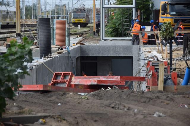 Widać już, w jaki sposób wyjdziemy podziemnym tunelem kolejowym na ulicę Towarową i gdzie będą zatrzymywać się autobusy. Praca na placu budowy wre...Z dnia na dzień okolice dworca PKP się zmieniają. Trwa budowa Centrum Przesiadkowego, przedłużanie podziemnego tunelu, zadaszanie peronów. Konstrukcja centrum pokazuje nam gdzie będą zatrzymywać się autobusy, gdzie będzie poczekalnia i inne pomieszczenia dla kierowców, pasażerów. Widać już schody prowadzące na wiadukt na ulicy Sulechowskiej i szyb, którym umieszczona zostanie winda. Na peronach zaś - wielkie dziury, w których umieszczone zostaną słupy od zadaszenia peronów. Będą one połączone z zadaszeniem Centrum Przesiadkowego (inwestycja warta 20 mln zł). Od ulicy Towarowej widać też już wyjście tunelem. Dzięki niemu znacznie skróci się droga m.in. do Centrum Medycznego Aldemed (przychodnia oddała też miastu kawałek swojego gruntu na chodnik), policealnej szkoły czy sali weselnej Delfino. Przy tym trakcie powstaje też ścieżka rowerowa, by można było przejechać nią, wykorzystując podziemny tunel (pochylnie, windy) - z jednej części miasta (Sulechowska, Dolina Zielona itd.) do drugiej (Dworcowa, Bohaterów Westerplatte). W ramach przetargu Skanska buduje również nowe rondo pod wiaduktem, a także drugie (Mąćkowiaka) przesunie w stronę dworca.  PKP). Przy hali dworca oraz obok zakładu Lumel dobudowywane są nowe parkingi.Firma Strabag modernizuje natomiast ulicę Dworcową (aż do ronda Anny Borchers), która została podzielona na etapy. Obecnie droga w okolicy dworca cała jest rozkopana i ogrodzona siatką. Można się poruszać jedynie chodnikami (raczej ich pozostałościami) i wyznaczonymi, prowizorycznymi przejściami. To duże utrudnienie dla sklepów i firm, mieszczących się w tym miejscu. Budowa Centrum Przesiadkowego jest jedną z części 280-milionowego projektu związanego z wymianą taboru miejskich autobusów na elektryczne i diesle. Wszystkie diesle już kursują po naszych ulicach (mercedesy). Pierwsze autobusy elektryczne (Urs