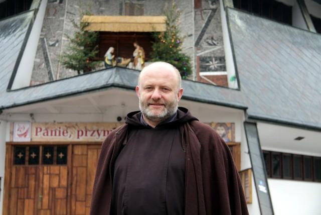 Proboszcz br. Waldemar Grubka na tle kościoła na Poczekajce