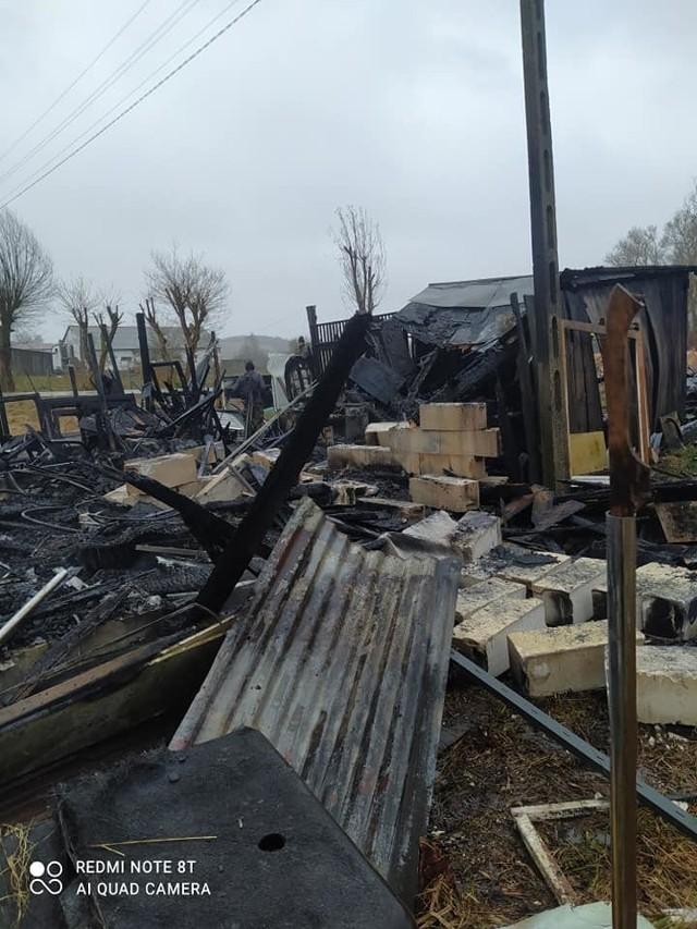 Na 30 tysięcy złotych oszacowano straty w pożarze drewnianego budynku gospodarczego znajdującego się niedaleko bloków przy ul. Piastowskiej w Miastku. Według strażaków przyczyną pożaru było zaprószenia ognia.