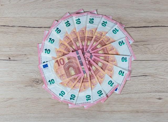 Od 2017 r. w Polsce obowiązuje minimalna stawka godzinowa. Jej wysokość co roku wzbudza wiele emocji – podczas kiedy Polacy zarabiają kilka euro za godzinę pracy, w innych europejskich krajach można dostać nawet siedem razy więcej.Na bardzo wysokie wynagrodzenia za godzinę pracy mogą liczyć osoby zatrudnione w Luksemburgu, Danii i Belgii - wynika z ostatnich danych Eurostatu.Na przeciwnym biegunie uplasowały się: Bułgaria, Rumunia i Polska. ZOBACZ, ile można zarobić przez godzinę pracy w wybranych krajach!Źródło: Serwis Eurostatu ec.europa.eu/eurostat, dane za lata 2014 – 2017 r., ostatnia aktualizacja: 05.02.2019