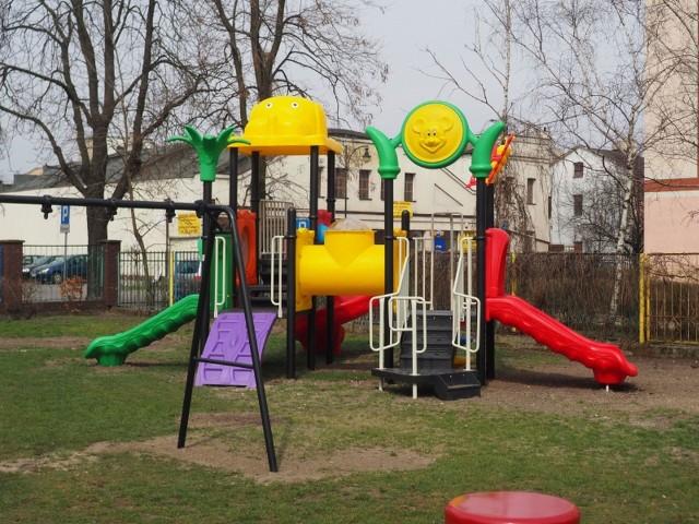 Na ul. Targowej we Włocławku powstaje sensoryczny plac zabaw