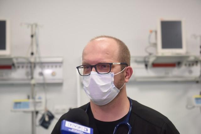 Doktor nauk medycznych Bartosz Kudliński podczas otwarcia szpitala tymczasowego w Zielonej Górze.