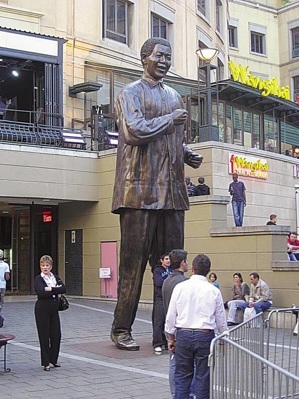 Nelson Mandela zdaje się z ufnością czekać na początek MŚ. Pomnik pierwszego demokratycznie wybranego prezydenta RPA na placu o jego imieniu to dziś ulubione miejsce spotkań piłkarskich kibiców z całego świata.