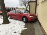 Białystok: Wypadek na ul. Hallera. Kobieta pomyliła gaz z hamulcem, potrąciła pieszą i wjechała w blok [ZDJĘCIA]