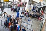 Przed majówką i wakacjami. Ile kosztuje tydzień parkingu na lotnisku? Bydgoszcz ma jedne z najwyższych cen w kraju [miasta, stawki]
