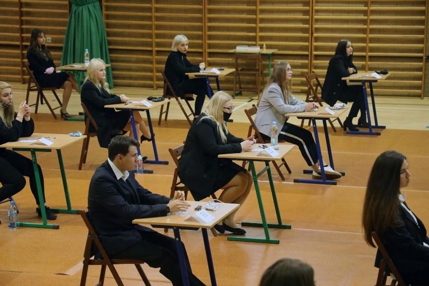 W 2021 roku egzamin ósmoklasisty i egzamin maturalny będą...