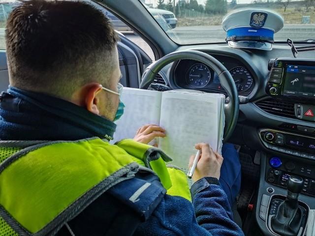 Kierowca volkswagena został zatrzymany do kontroli przez policjantów z grupy Speed. Uwagę funkcjonariuszy najpierw zwróciły niezapięte pasy, a następnie nerwowe zachowanie 46-latka