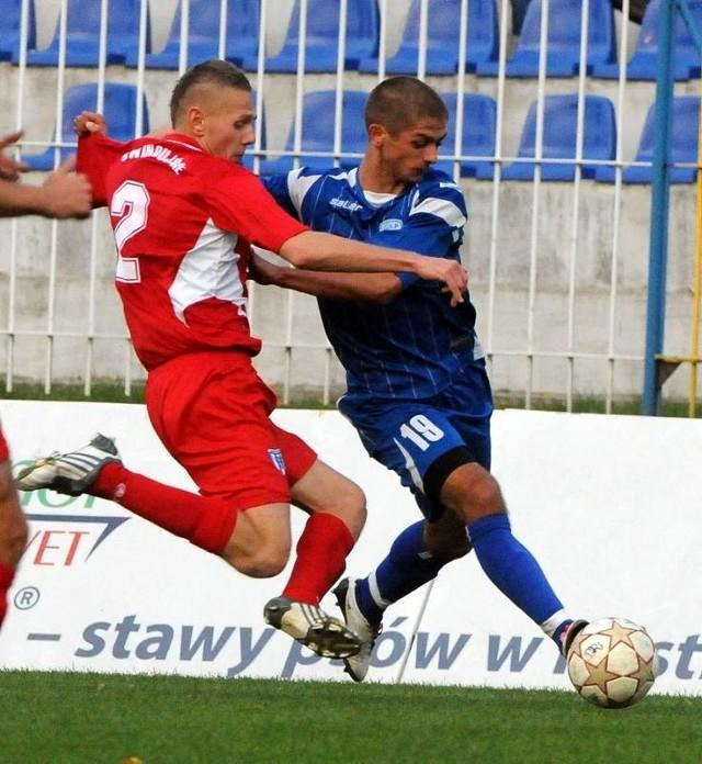 Napastnik GKP Maciej Górski (z prawej) wygrał niewiele pojedynków z Damianem Falisiewiczem. W 77 min gorzowian zobaczył czerwoną kartkę, bo nadepnął leżącego na murawie Radosława Pruchnika.