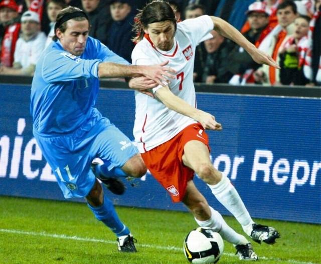 Mecz Polska - San Marino online. 1 kwietnia 2009 roku w Kielcach Polska rozbiła San Marino 10:0, a spory udział w triumfie miał aktualnie grający w Jagiellonii Białystok Euzebiusz Smolarek (z prawej). Dziś o tak okazały wynik będzie bardzo trudno.