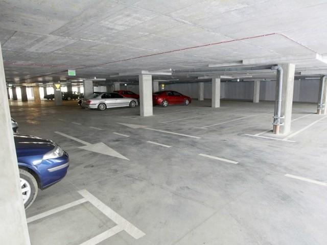 Tak wczoraj ok. godz. 13 wyglądał parking przy bazylice ojców Bernardynów w sercu miasta.