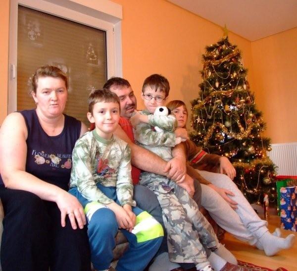 - Po tornadzie wszystko da się wyremontować - mówią Karina i Hubert Palusowie z dziećmi. - Najważniejsze, żeby cała rodzina była zdrowa.
