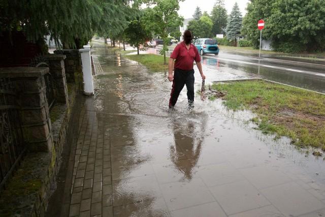 Burza i potężna ulewa nad Słupskiem. W wielu miejscach interweniują strażacy