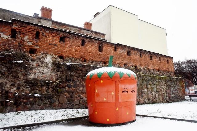 Ul. Sikorskiego. Fragment murów obronnych. Tu przeszłość spotyka się z teraźniejszością.