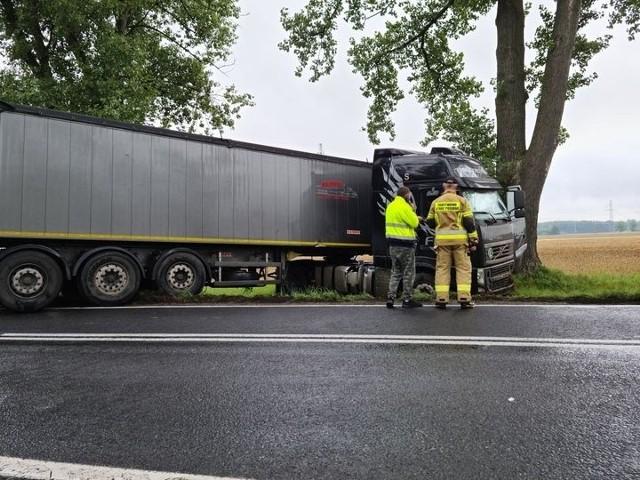 Wypadek na DK39. Z samochodu wylało się paliwo, które jest usuwane z jezdni.