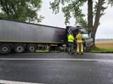 Wypadek na drodze nr 39 pod Strzelinem. Tir w rowie, droga zablokowana
