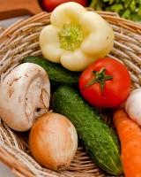 Warzywa na ryneczku pod Topolami w Zielonej Górze sprzedawane sa tuż obok toalet. Kto je kupi?