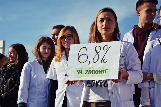Studenci medycyny i lekarze z Łodzi pojechali na protest przed kancelarią premiera w Warszawie.