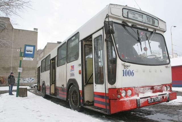 Tak zwane całoroczne opony powszechnie stosowane w autobusach komunikacji miejskiej nie gwarantują bezpiecznej jazdy w zimowych warunkach - twierdzą fachowcy.