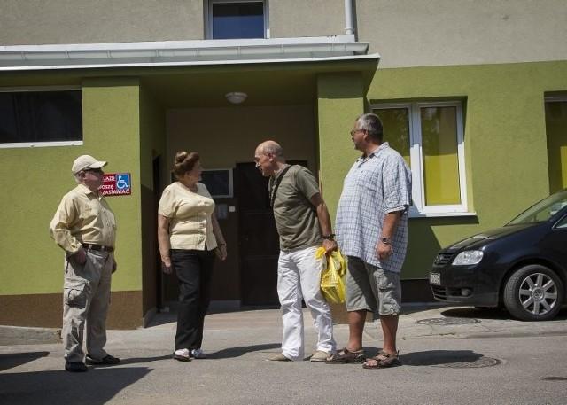 Początkowo mieszkańcy wieżowca przy Skłodowskiej 13 płacili zwiększone rachunki za wodę. Teraz – gdy okazało się, że zużycie sięga już 45 procent powyżej normy – powiedzieli: dość. Problem w tym, że nikt nie potrafi wyjaśnić, gdzie znika woda z rur w ich bloku.
