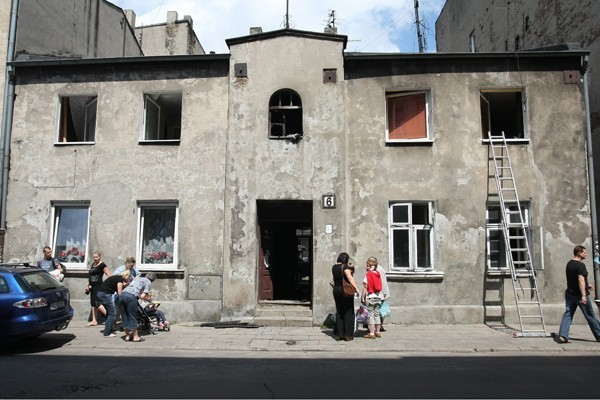 W nocy (z czwartku na piątek) w jednopiętrowej kamienicy przy ul. Zarzewskiej 6 wybuchł pożar. Straty oszacowano na ok. 50 tys. zł.
