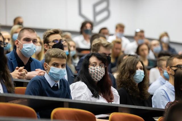 Studenci maja prawo ubiegać się o stypendia socjalne, dla osób niepełnosprawnych, stypendia rektora, a także zapomogi. Na zdjęciu: inauguracja roku akademickiego 2021/2022 na Politechnice Bydgoskiej