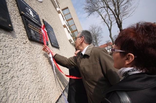 Franciszek Borowski odsłania tablicę poświęconą jego matce Annie i synowi Bartoszowi, którzy zginęli pod Smoleńskiem