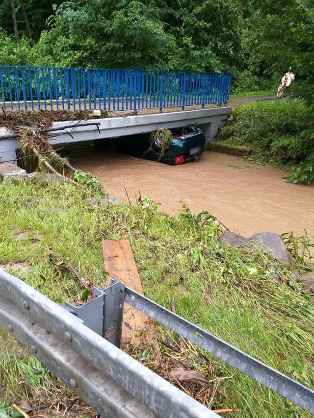 W miejscowości Sułszowa woda porwała samochód, który ostatecznie znalazł się pod mostem.