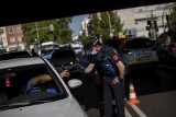 """Wirus atakuje. Blokady w Madrycie, wojsko pomoże. W Holandii kibice """"kurierami""""zarazy"""