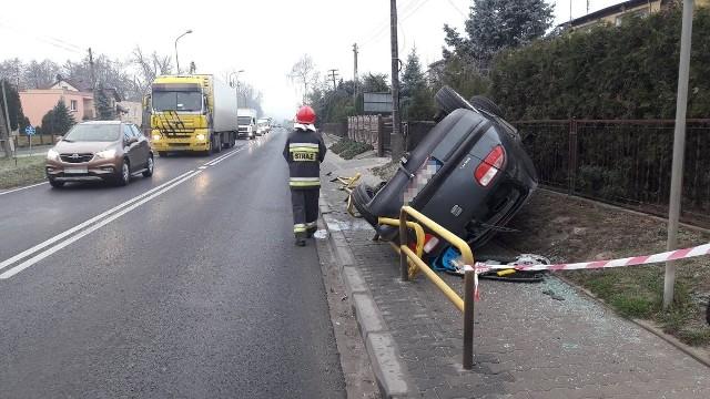 Dziś (środa) na drodze krajowej nr 5 w Żninie doszło do groźnie wyglądającego zdarzenia drogowego. Kierowca nie dostosował prędkości do warunkówDo groźnego zdarzenia drogowego doszło dzisiaj (środa) krótko przed godz. 8 w Żninie przy ul. Szpitalnej. Funkcjonariusze, którzy zostali skierowani na miejsce, zastali leżący na chodniku wywrócony samochód osobowy. Policjanci ustalili, że seata leona prowadził 18-letni mieszkaniec gminy Rogowo - jechał od strony Gniezna w kierunku Bydgoszczy.Flesz - wypadki drogowe. Jak udzielić pierwszej pomocy?