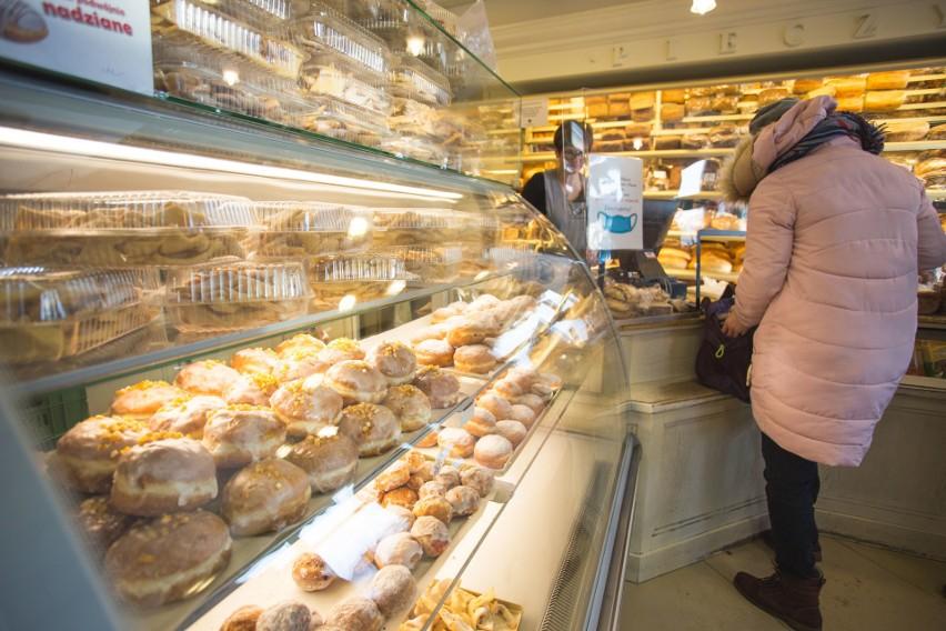 Pączkowe szaleństwo ruszyło! We wszystkich piekarniach w mieście półki uginają się pod ciężarem pączków