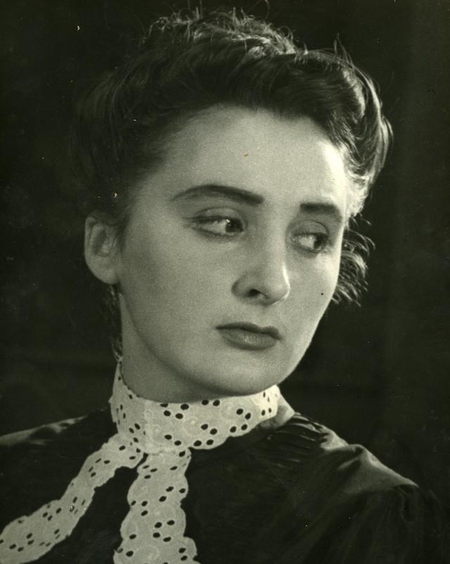 """Lucyna Legut w sztuce """"Wassa Żelaznowa"""" M. Gorki, Teatr Ziemi Pomorskiej, Toruń 1953 r. Zbiory prywatne."""