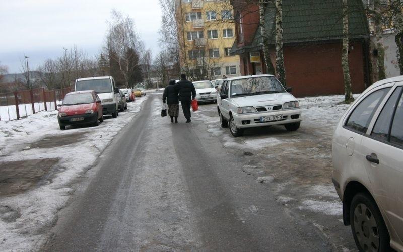 Zastawione chodniki przy ul. Królowej Jadwigi.