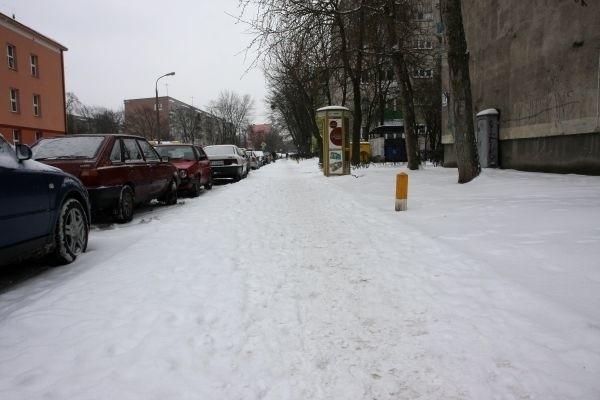 Na ulicy Broniewskiego zalega śnieg.