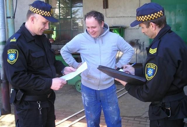 – Mamy umowy i regularnie płacimy – zapewnia Marek Jakubowski. Z lewej stoi Mirosław Kowalczuk, a z prawej Wiesław Jagiełło.