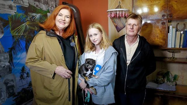 """Barbara Siedlecka, jej córka Amelia z Katarzyną Dowbor (z lewej), prowadzącą program """"Nasz Nowy Dom""""."""