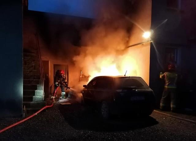 Aż 5 zastępów straży pożarnej gasiło pożar samochody, który zaczął się palić w środku nocy. Policja sprawdza, czy auto nie zostało podpalone.