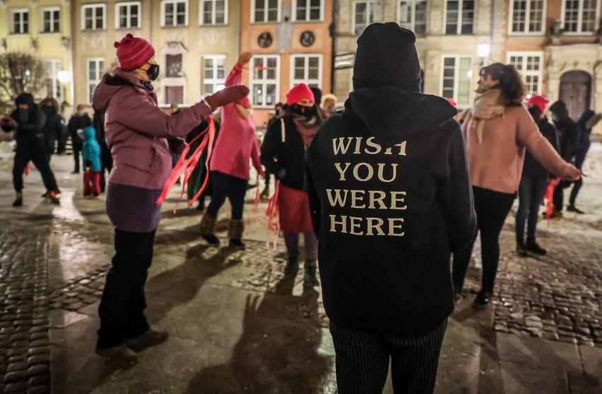 """""""Tylko świadome i dobrowolne TAK oznacza zgodę"""". Manifestujące gdańszczanki tańczyły pod Neptunem 14.02.2021 r."""