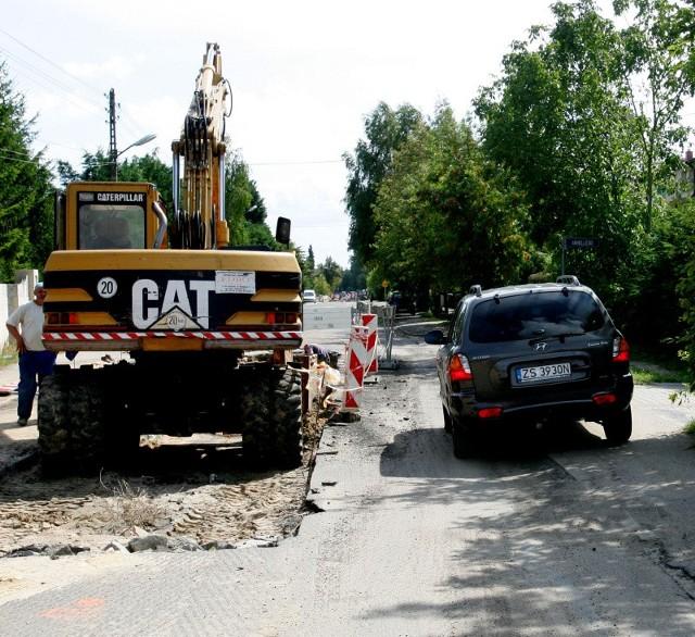 Prace przy budowie kanalizacji deszczowej zajmują prawie całą szerokość jezdni. Dlatego w dwóch miejscach ulicy Okulickiego kierowcy muszą jechać chodnikami.