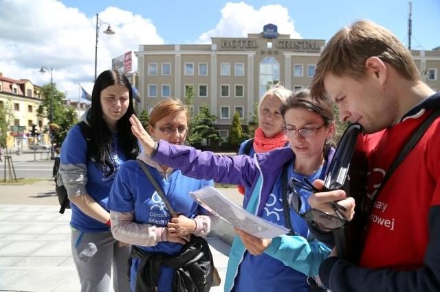 b Joanna Dworzańczyk (na zdjęciu w środku) tłumaczyła po angielsku jak trafić na dworzec. Drużynowo wspierały ją (od lewej): Paulina Dąb, Katarzyna Fiedorczuk i Urszula Gołębiewska.