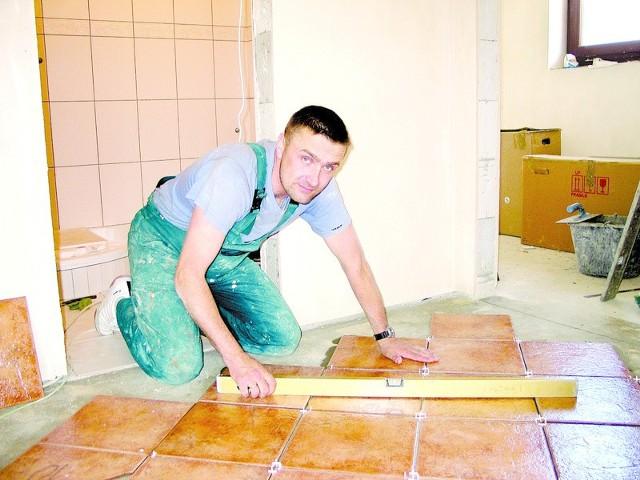 Janusz Najdecki, właściciel firmy budowlanej pracuje na budowach na równi ze swoimi ludźmi, bo w jego firmie potrzebne są wszystkie ręce do pracy.