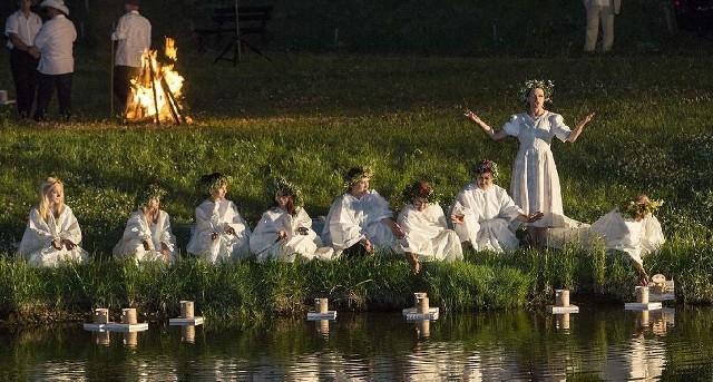 Widowisko nawiązujące do zwyczajów nocy Świętojańskiej było znakomicie wyreżyserowane i oprawione akustycznie i pirotechnicznie.