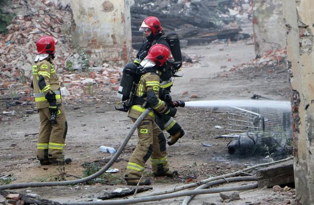Pożar przy ul. Rybackiej w Grudziądzu. Gasiły go dwa zastępy strażaków.