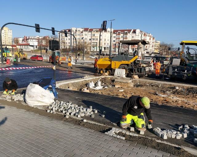 Przebudowa ul. Kujawskiej dobiega końca. Drogowcy za kilka dni udostępnią kierowcom kolejne jezdnie.