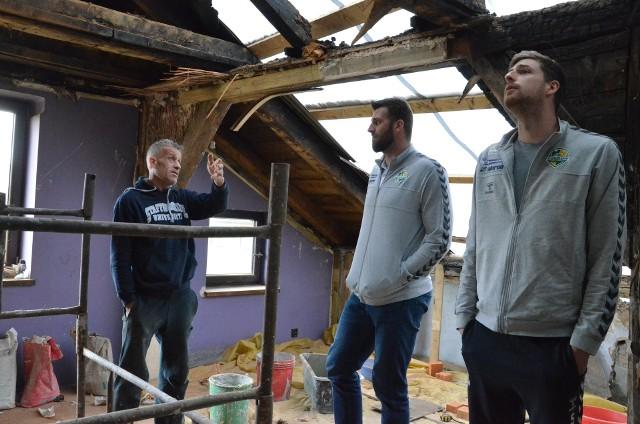 Aluron CMC Warta Zawiercie wsparli poszkodowanych w pożarze w Wierbce. Zakupiono materiały, które pomogą w odbudowie dachu. Zobacz kolejne zdjęcia. Przesuń zdjęcia w prawo - wciśnij strzałkę lub przycisk NASTĘPNE