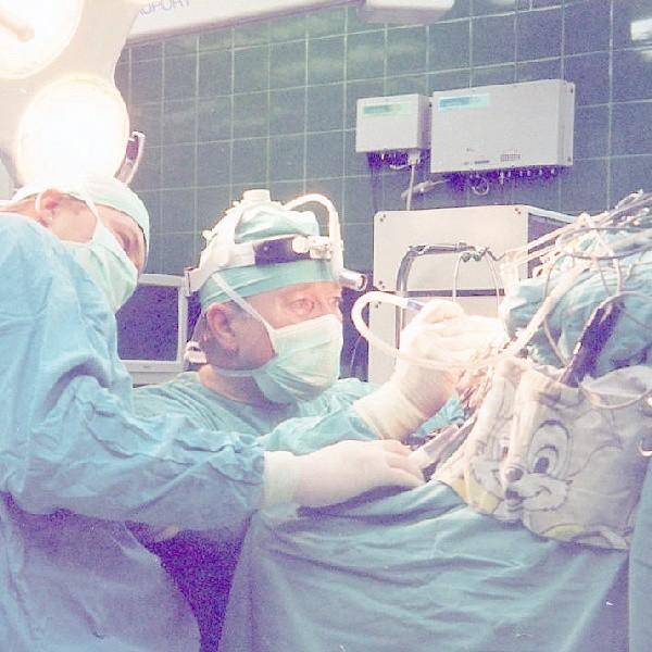 Dr Adam Zaborowski wykonuje operację guza mózgu, asystuje dr Marciniak