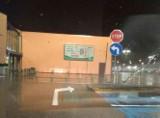 Drogowy paradoks na parkingu jednej z białostockich galerii handlowych. Kierowcy nie wiedzą, w którą stronę skręcić
