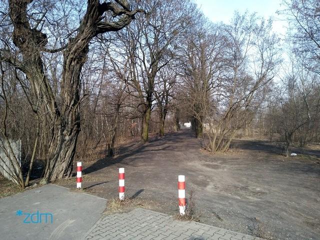 Na nielegalnym parkingu u zbiegu ulic Kolorowej i Marcelińskiej auta zostawiało nawet kilkadziesiąt osób